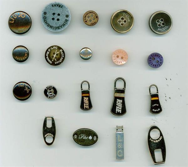 08 - Esempi di bottoni e accessori in diversi materiali laserati con scritte e loghi